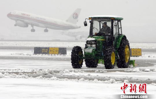 上海机场出动除冰车保障机场运行。(资料图) 殷立勤 摄