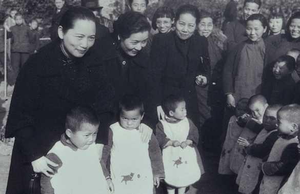 宋氏三姐妹宋庆龄与宋蔼龄,宋美龄与孤儿们在一起