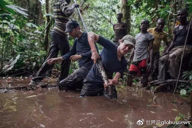 西蒙(左二)和格里塔(右四)勘探泥炭沼泽来源:Kevin McElvaney/Greenpeace