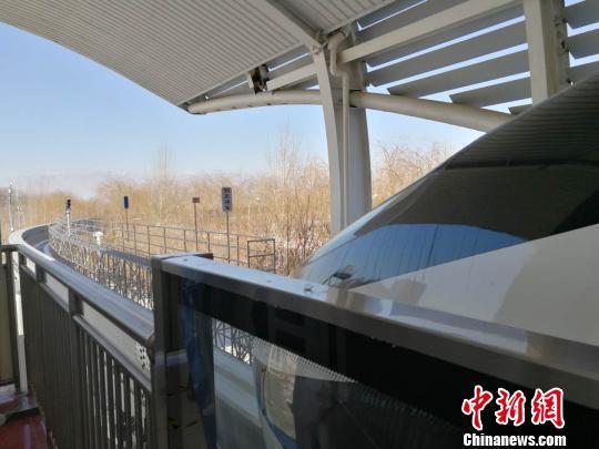 正在等待出发的云轨列车唐贵江摄