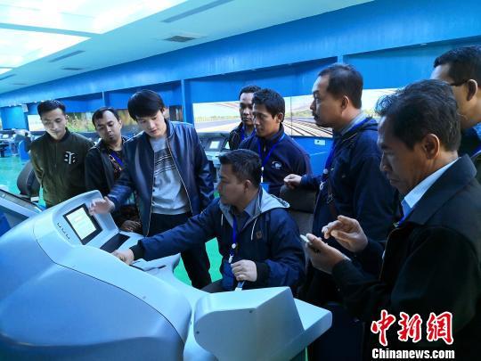 参加培训的印尼教师在上高铁模拟驾驶系统培训课。 蒋家斌摄