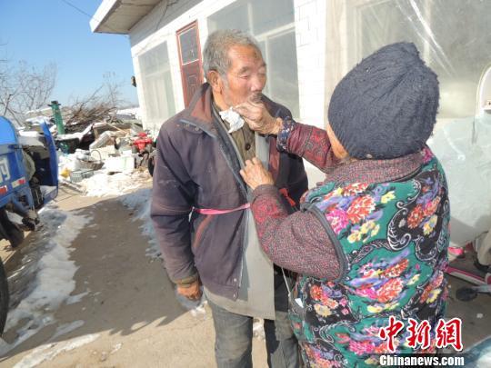 87岁老人照顾智障弟弟63年张瑞强摄