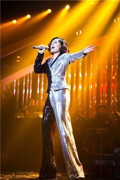 《歌手2》首个冠军是阿黛尔同学:曾为英女王献唱,歌路坎坷励志