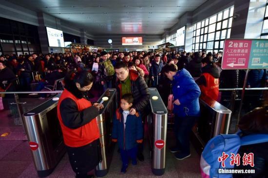 北京西站:春运期间持护照、港澳通行证可自助取票