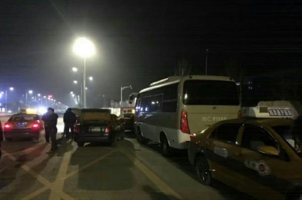 湖南送学生巴士遭出租车司机围堵致误机 警方介入