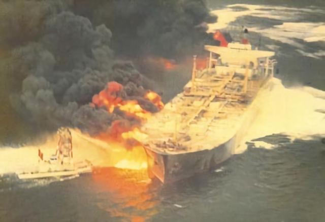 东海油轮失事起火,专家建议参照日本方式用导弹将其击沉