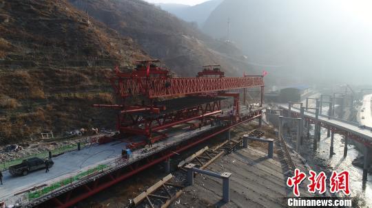 建设中的汶马高速,架桥机正在架桥。 付渝摄