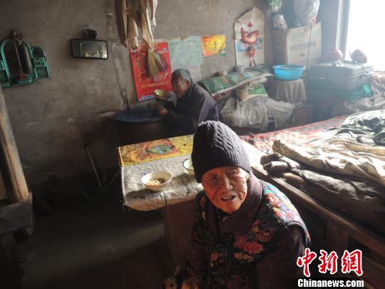 87岁老人照顾智障弟弟63年马乐摄
