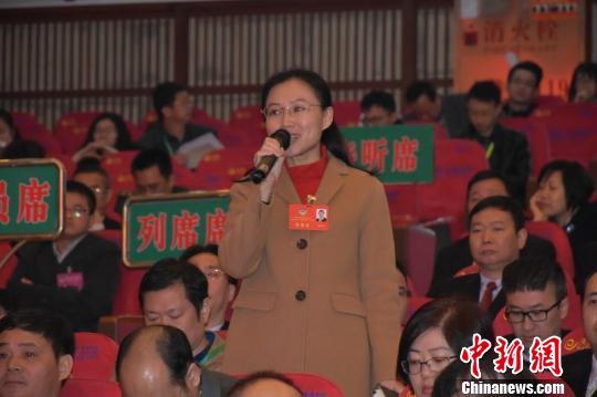 惠州市政协委员现场提问 康孝娟 摄