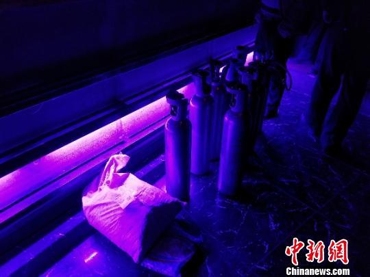 """四川绵阳某酒吧现""""笑气"""" 警方挡获吸食者30余人"""