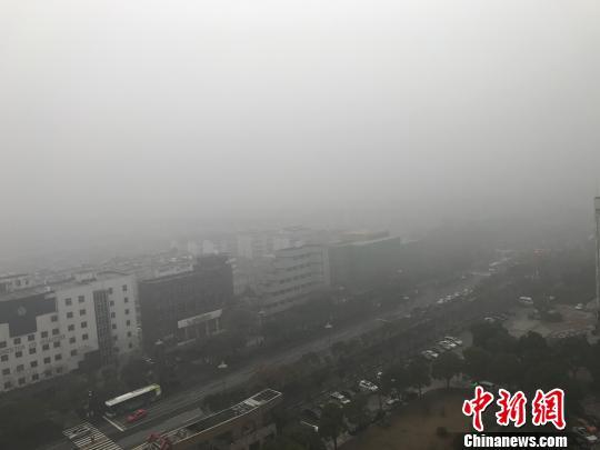 图为17日,古城扬州大雾弥漫。 崔佳明 摄