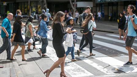 奇葩!日本发布新法令,禁止过马路玩手机,违者将被处罚!