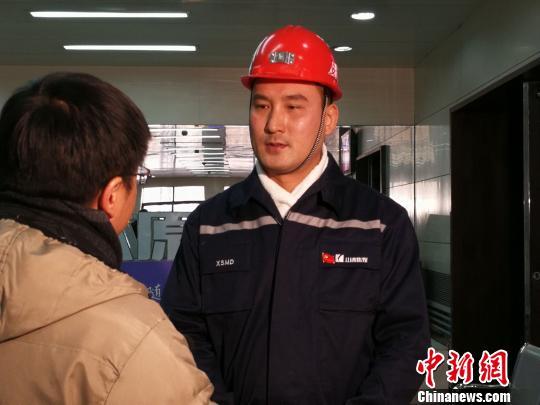 薛亮文接受媒体采访。 杨杰英 摄