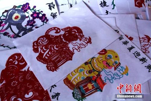 了成语字典上的剪纸画,刘煜的创作还包含了窗花、卡通人物、生肖等