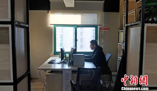 张咏在十平方米的共享办公室上班。 夏莹 摄