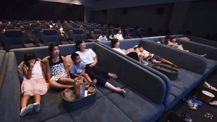 最奢侈的影院风靡日本放个大床 男女躺在一起搂搂抱抱看电影