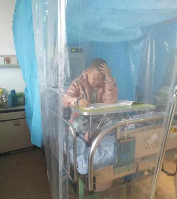 感动!浙江9岁男孩患癌在病床上完成期末考 期间坚持看书学习