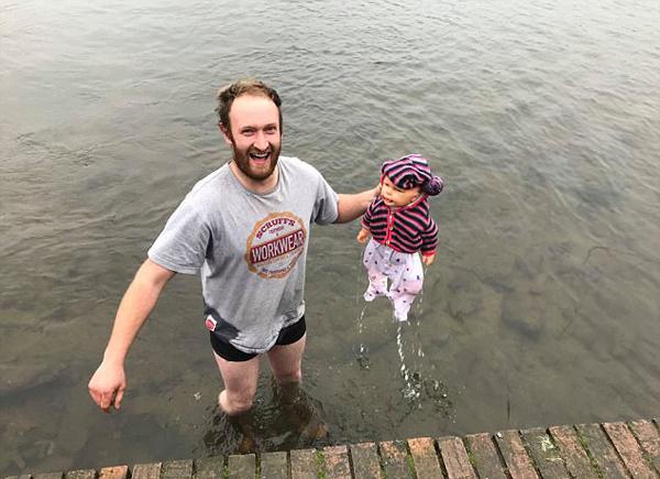 英男子冰冷湖中走20米救婴儿 发现救出的是玩偶