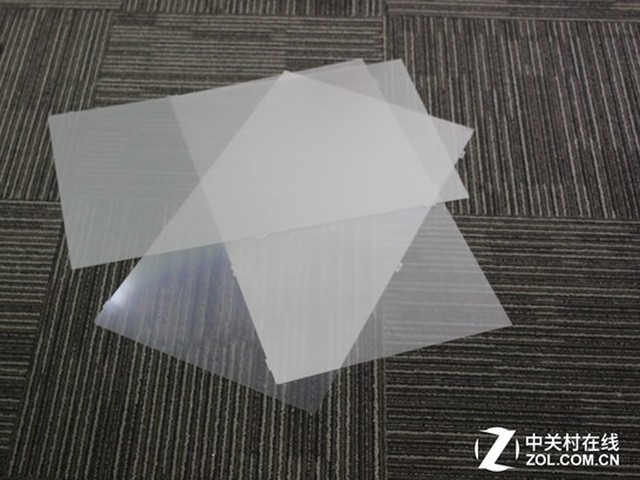显示器结构示意图 液晶面板通常由液晶分子层、滤光膜和背光源等几大部分组成,液晶分子层下方和金属背板之间的构造中主要是反光板、折射板,还有三层的滤光膜。 反光板的作用就是将光线反射回去,减少光线的损失。折射板的作用就是将光线在它的内部进行反射和折射,均匀的分布在整个屏幕中。滤光膜的作用就是除去某种波长的光线,三层的滤光膜均有自己的作用。