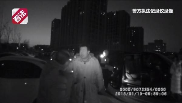 男子暴力袭警涉嫌妨碍公罪被刑拘:此前为律师