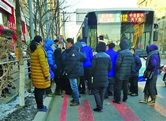 情侣乘公交从后门上车被夹 两人怒骂司机并拦停公交