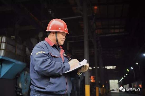 ↑华翔精密熔炼工程师池跃峰在车间门口记录(2017年11月1日摄)。他是一位在熔炼行业30多年的老铸工。新华社发(杨晨光摄)