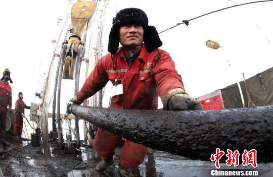 西北油田累计原油产量突破1亿吨,成为中国首个以海相碳酸盐岩油藏为主、原油产量达到亿吨级目标的油田。 候小鹏 摄