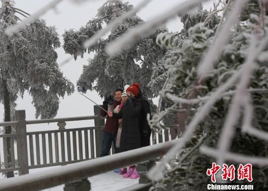 1月25日,游人在张家界天子山赏雪景。 吴勇兵 摄