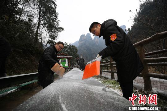 1月25日,工作人员对张家界武陵源十里画廊观光电车钢轨进行铲雪除冰。 邓霞 摄