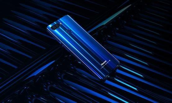 海信手机H11   拍照方面,海信手机H11后置采用了独特的光变双摄方案,配备的是一颗1200W像素的索尼IMX486大像素广角摄像头和一颗800像素的专业长焦摄像头,广角镜头为f/1.8大光圈,支持PDAF相位对焦技术,长焦镜头单像素尺寸为1.12m,两颗优质摄像头的协同分工,带来了单反般的虚化效果,随手一拍都是大师级的拍照效果。自拍方面,海信手机H11也下足了功夫,前置摄像头采用一颗2000万超高像素摄像头,并且还加入了备受妹子们喜爱的前置柔光灯,配合全新升级的美颜算法,让用户的每一次自拍表现都能够随
