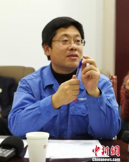 """太钢集团技术中心高级工程师王辉绵正在向记者展示太钢制造的""""笔尖""""。 资料图"""