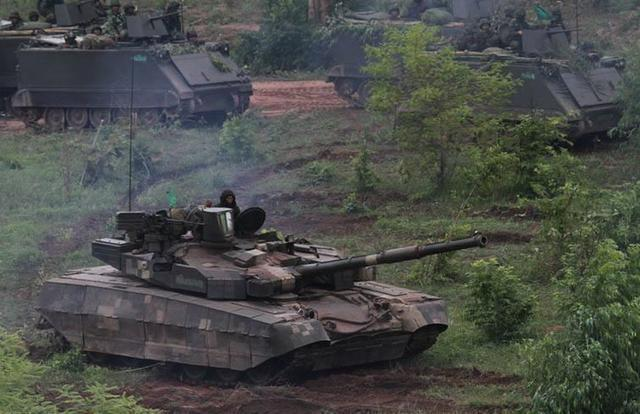 中乌坦克在巴基斯坦飙车 中国VT4坦克领先半个车身