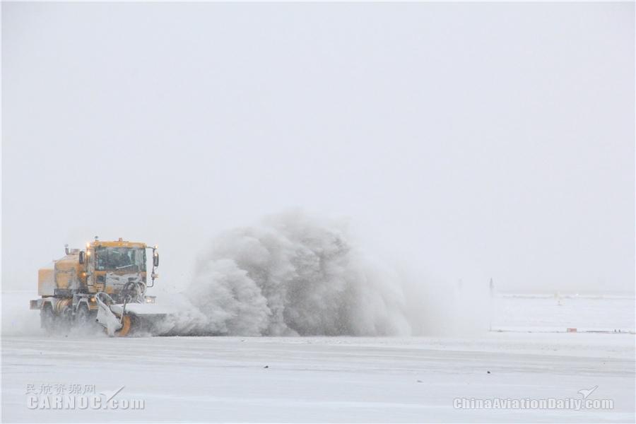 库尔勒机场开展新机坪首次除冰雪工作