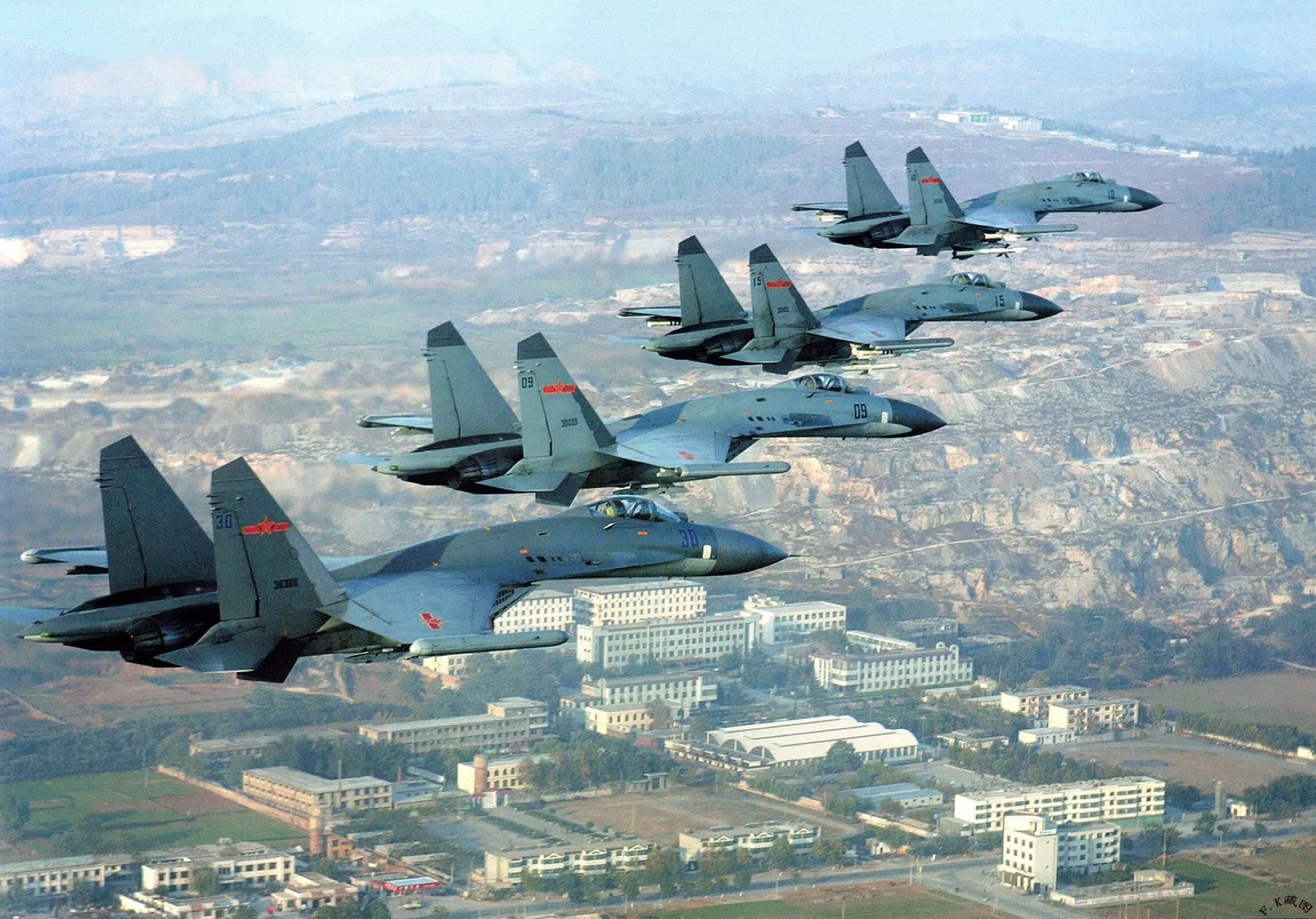 开着美国轰炸机卖中国苏27,这位苏俄双料空军司令最近很火