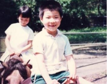 黄毅清还晒出来了小时候的照片,据说门牙是被父亲用线拔掉的,想想就疼