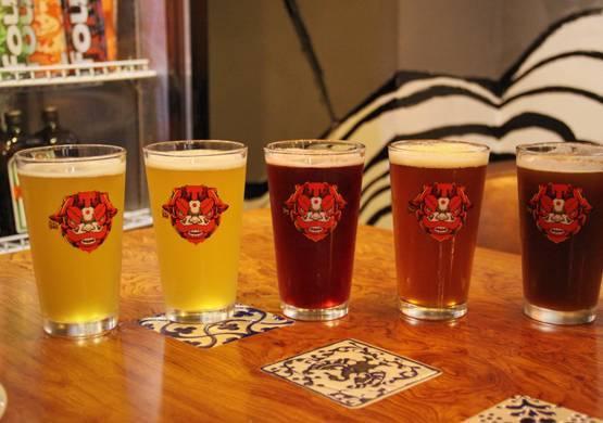 狮面人和黑魔鬼的命名是根据酒的味道和特色,同时结合了西方和东方的文化应运而出的。酒名和店内装潢特点相得益彰,可见老板用心良苦。粉红樱桃类似于樱桃果酒,度数低,适合容易喝醉或者不爱喝酒的妹子,啤酒的香醇和樱桃的爽口混合在一起实为是夏天小酌的圣品;其余的精酿可根据个人口味来选择,黑魔鬼在这五款中最为劲爆,马跃跃比较受大众欢迎~
