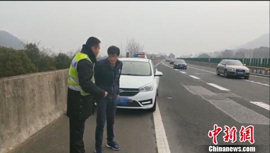 男子向民警求助 警方提供