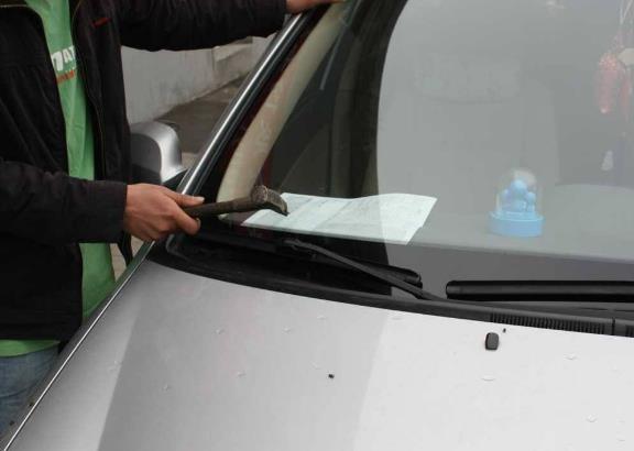 汽车玻璃有小裂痕,该换不该换?汽修师傅告诉你到底该怎么做