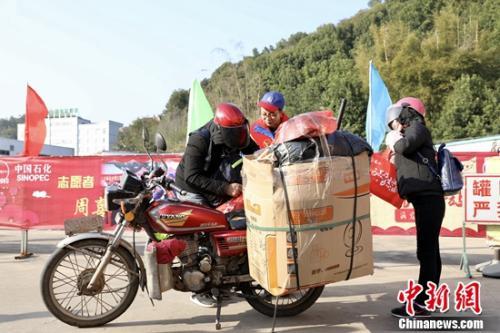 春节返乡的小夫妻俩正在整理行囊,短暂停留后继续出发。