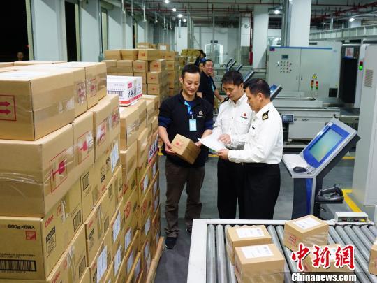广州海关驻萝岗办事处关员对跨境电商直购进口商品进行监管 关悦 摄