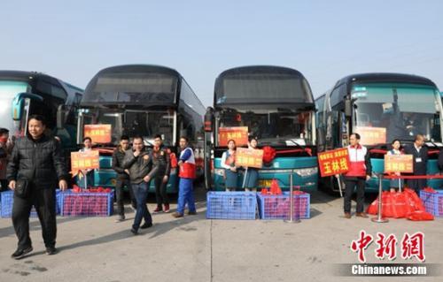 载满返乡务工人员家人的爱心大巴正准备出发。