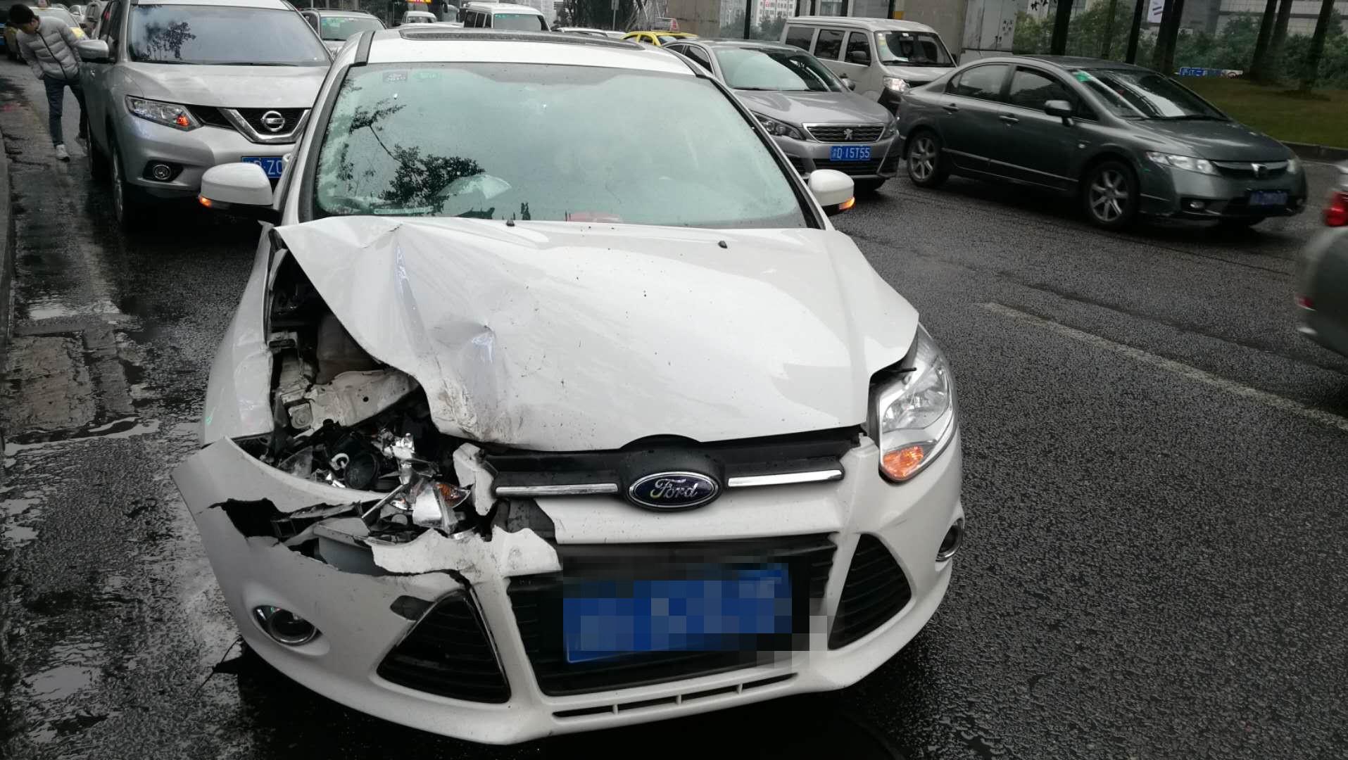 男子驾车在闹市区玩飘逸 结果撞了
