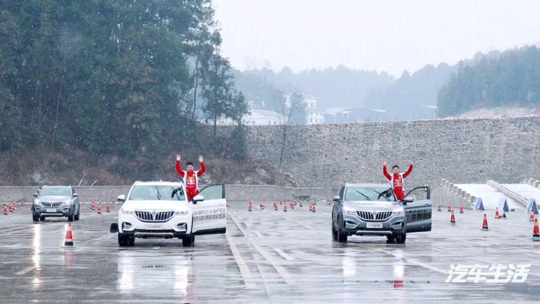 在雨夹雪的恶劣条件下,中华V6展现出过硬的实力