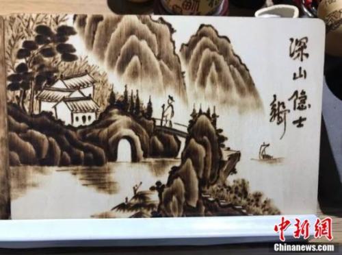 郭长河的烙画《深山隐士》。王子涛 摄
