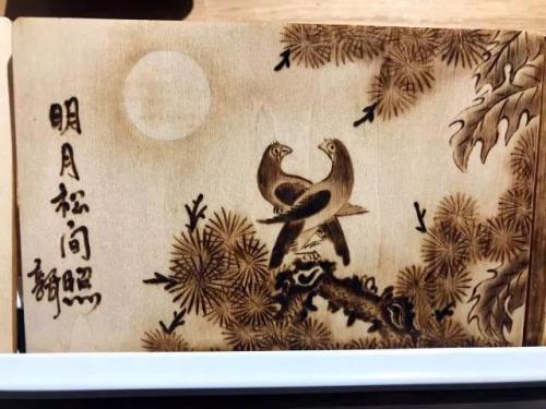 郭长河的烙画《明月松间照》。王子涛 摄