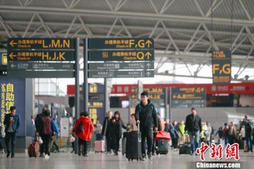 资料图:白云机场航站楼旅客。刘艺 摄