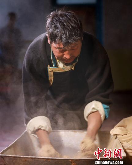 图为工人正在搅拌藏香原料 尼木县宣传部供图