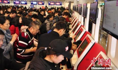 图为旅客排队自助值机。 吕俊明 摄