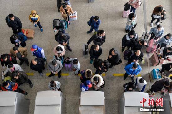 """铁路杭州站今年新推出的春运""""黑科技""""――问询机器人""""小路"""""""