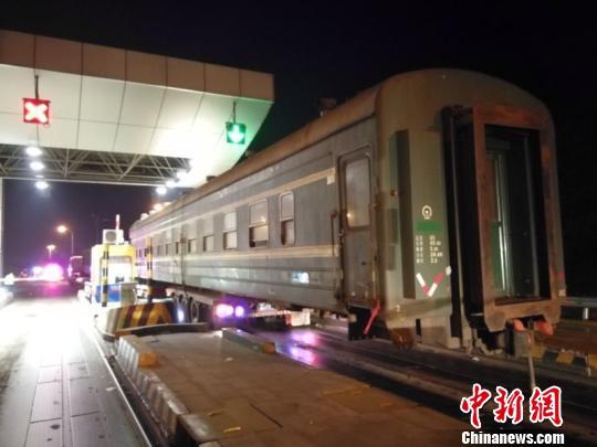 火车箱体超出车身近十米长 高速交警提供